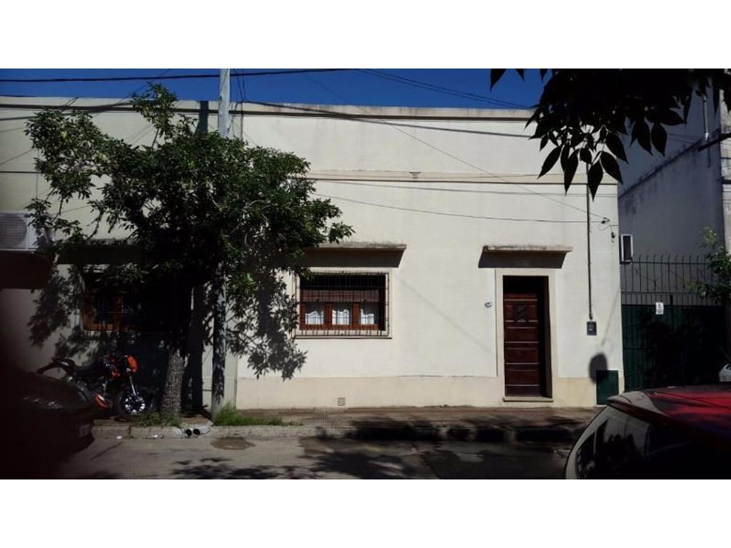 CASA EN VENTA: LA RIOJA AL 900