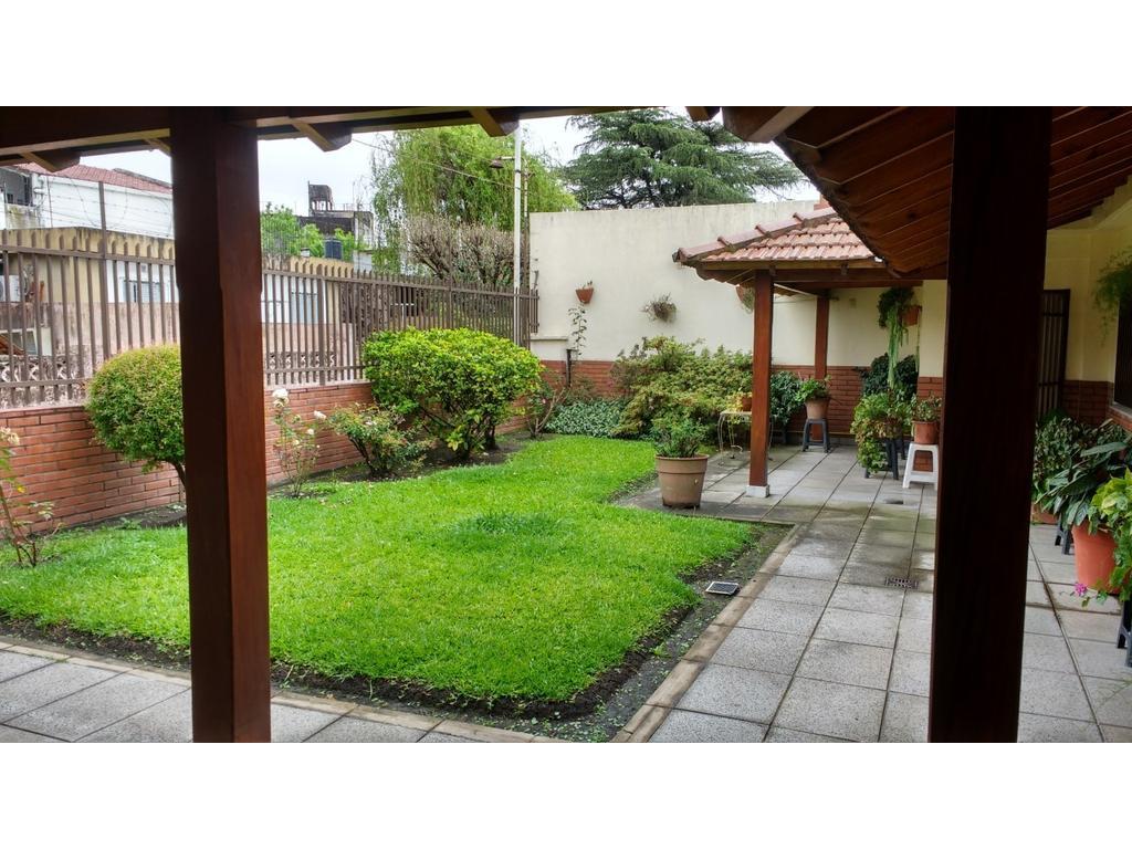 casa en venta 4 amb. con garage 3 autos con jardin y patio excelente estado villa celina