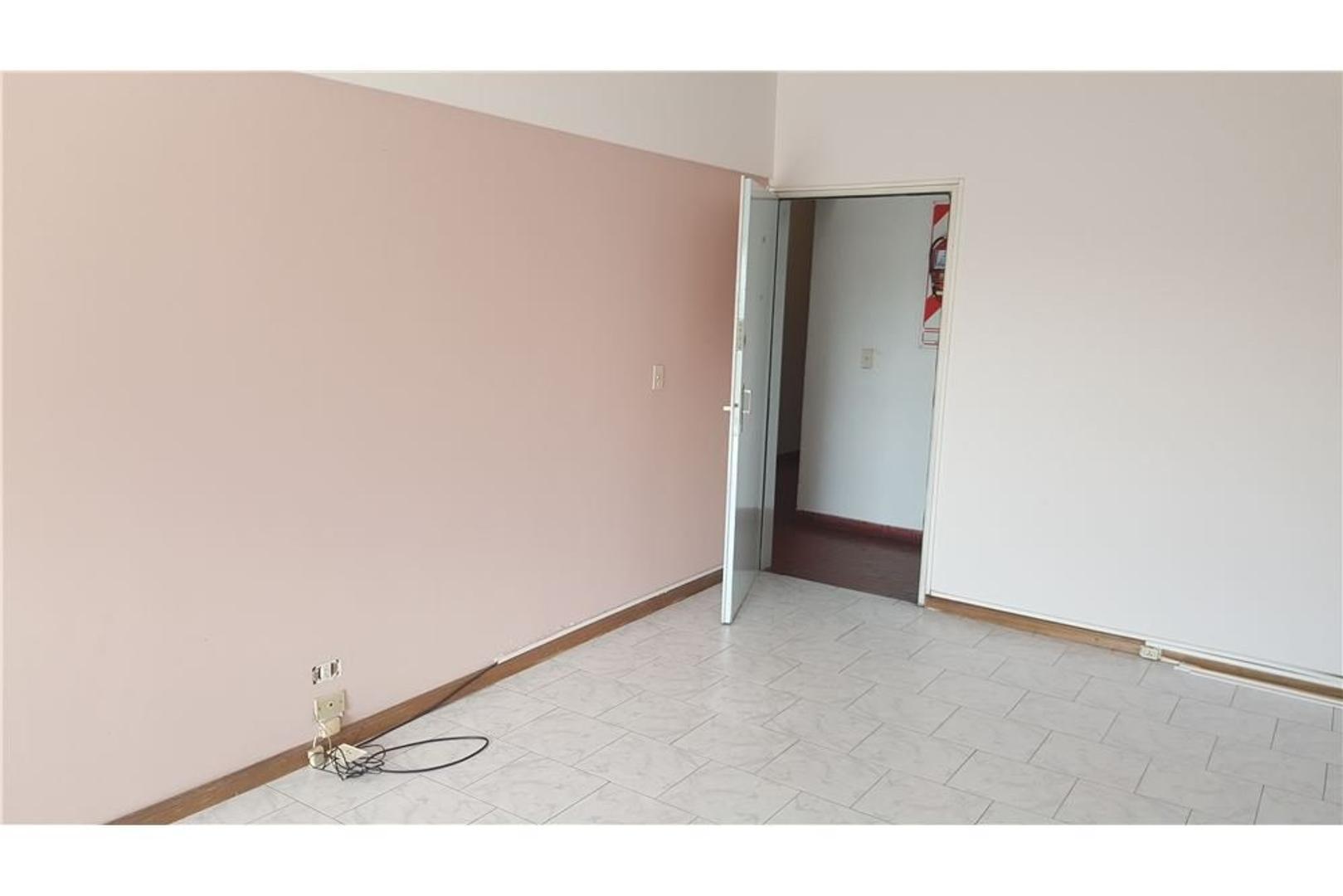 Amplio departmento 4 ambientes y cochera.