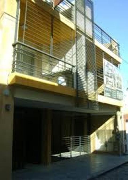 Dpto. 2 ambientes  al frente con balcón terraza y parrilla. 8 años.
