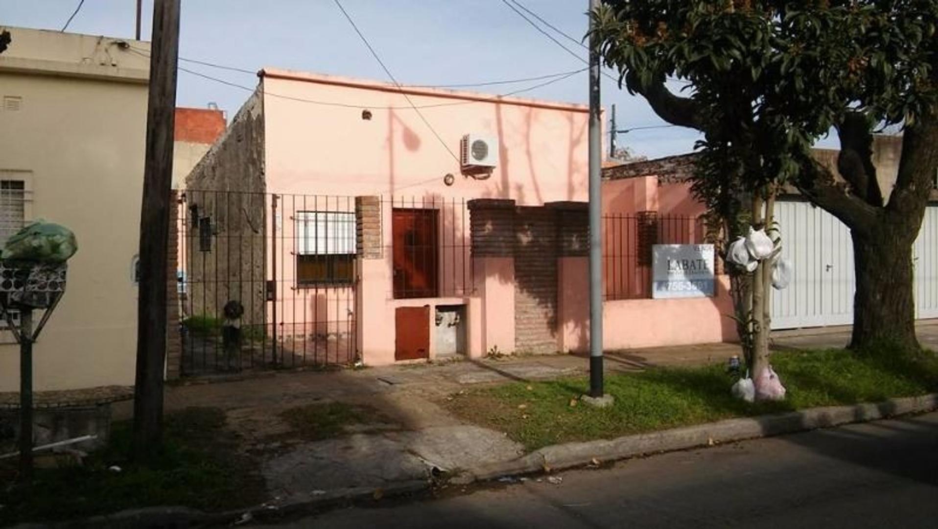 *RESERVADO* Casa de 3 ambientes con entrada de auto ubicada a 2 cuadras de la Av. Alcorta
