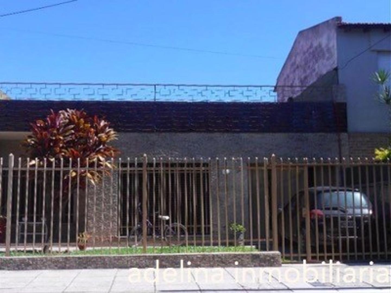 Casa Americana sobre lote 10x30m, 3 dormitorios, parque, piscina, quincho