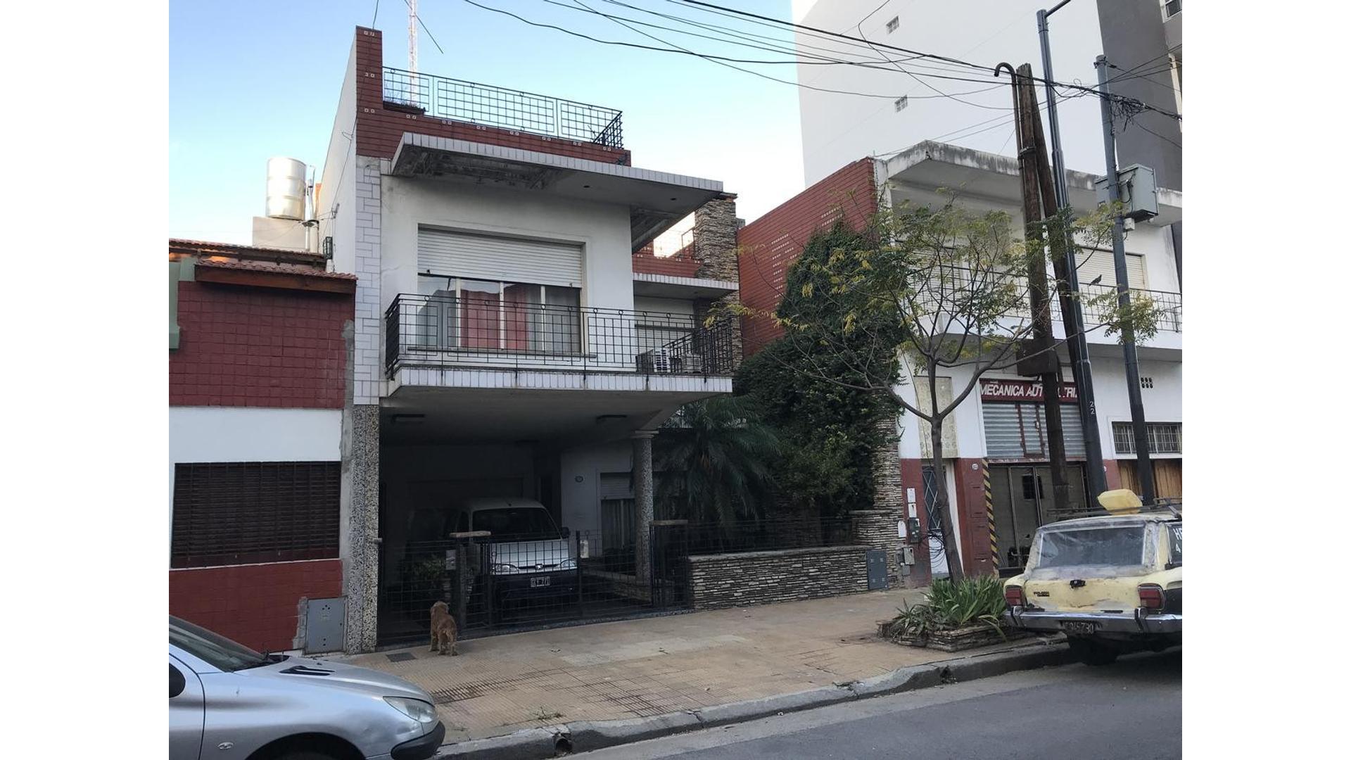 Casa multifamiliar de 7 ambientes en Villa del Parque!