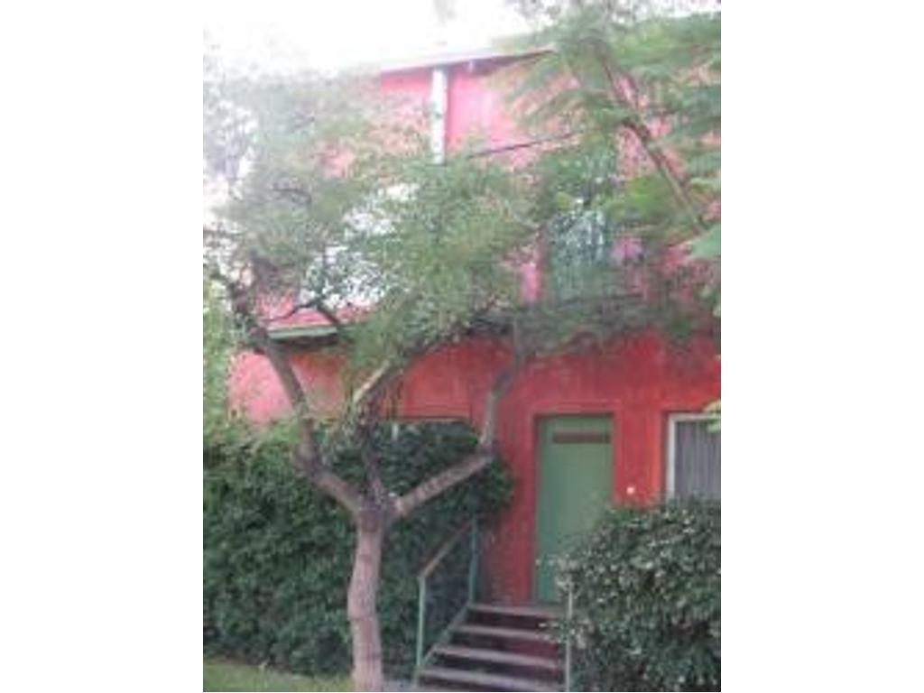 Alegre y simpatica casa con mucho verde
