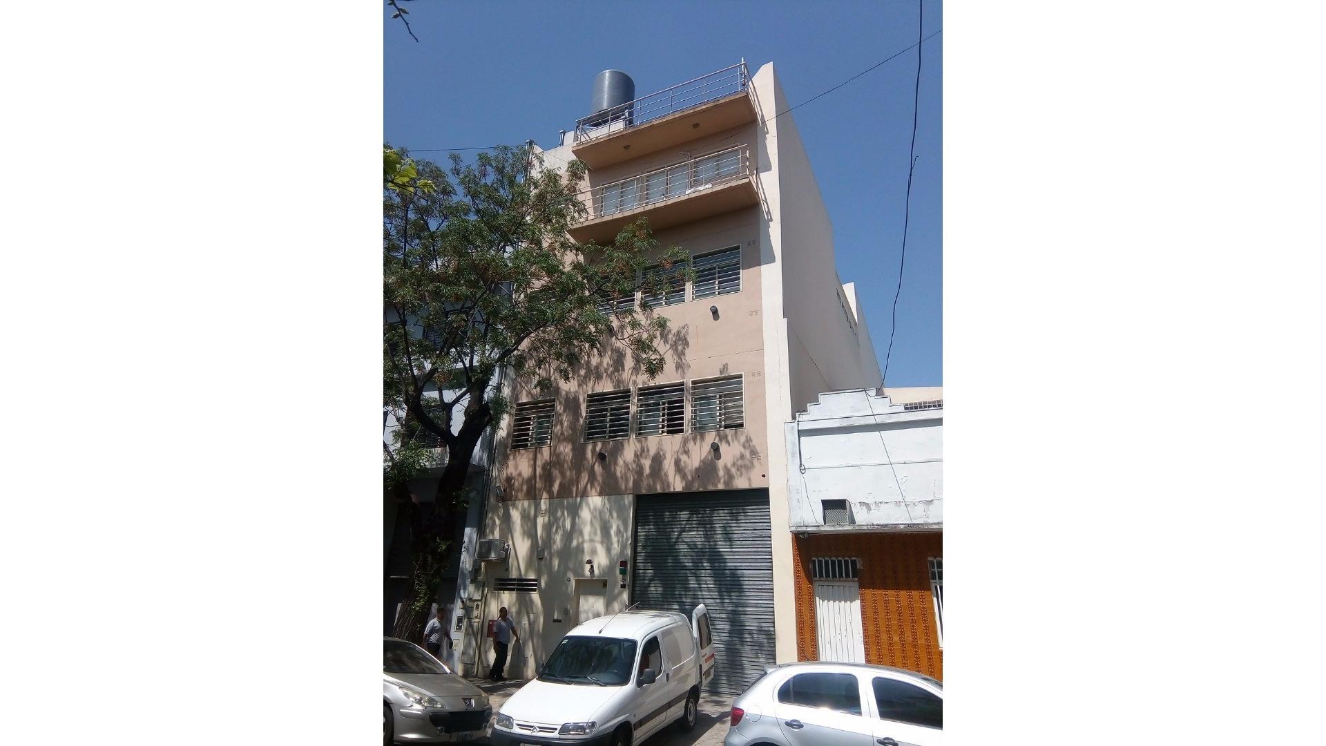 Importante edificio de oficinas, planta baja, tres pisos y terraza, con depósitos y cocheras