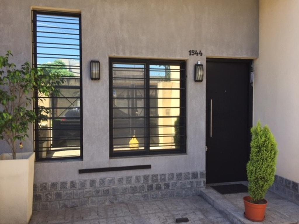 Excelente propiedad moderna de 3 ambientes c/cochera, pequeño jardín y patio