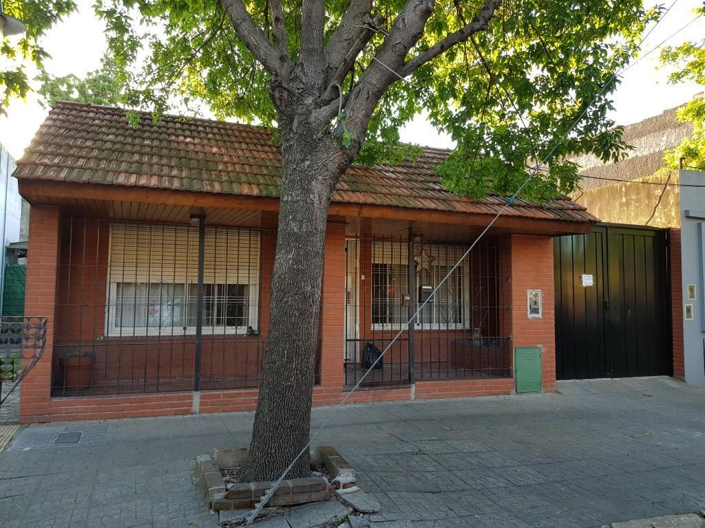 Excelente vivienda 3 amb.con patio e importante galpon de 120m2.