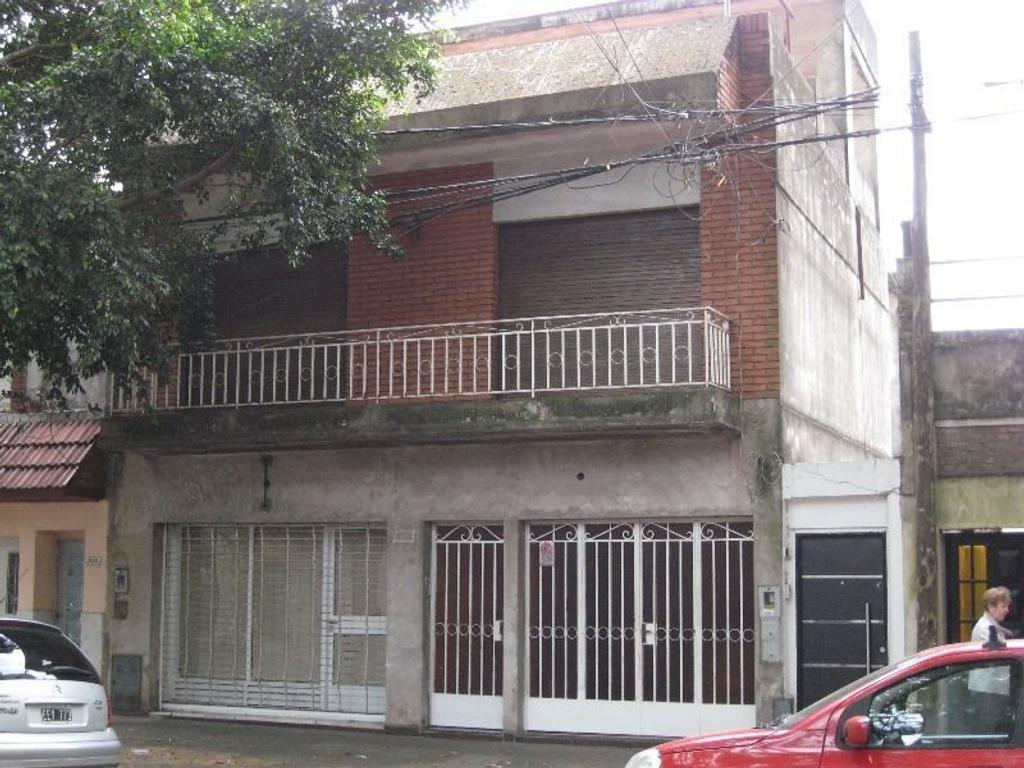 Casa con Local y Cochera en zona comercial.