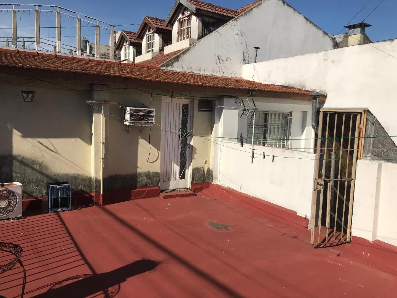 CASA CON LOCAL,PQUE AVELLANEDA,  4 amb, escritorio, 2 baños, PATIO Y TERRAZA COCINA COMEDOR