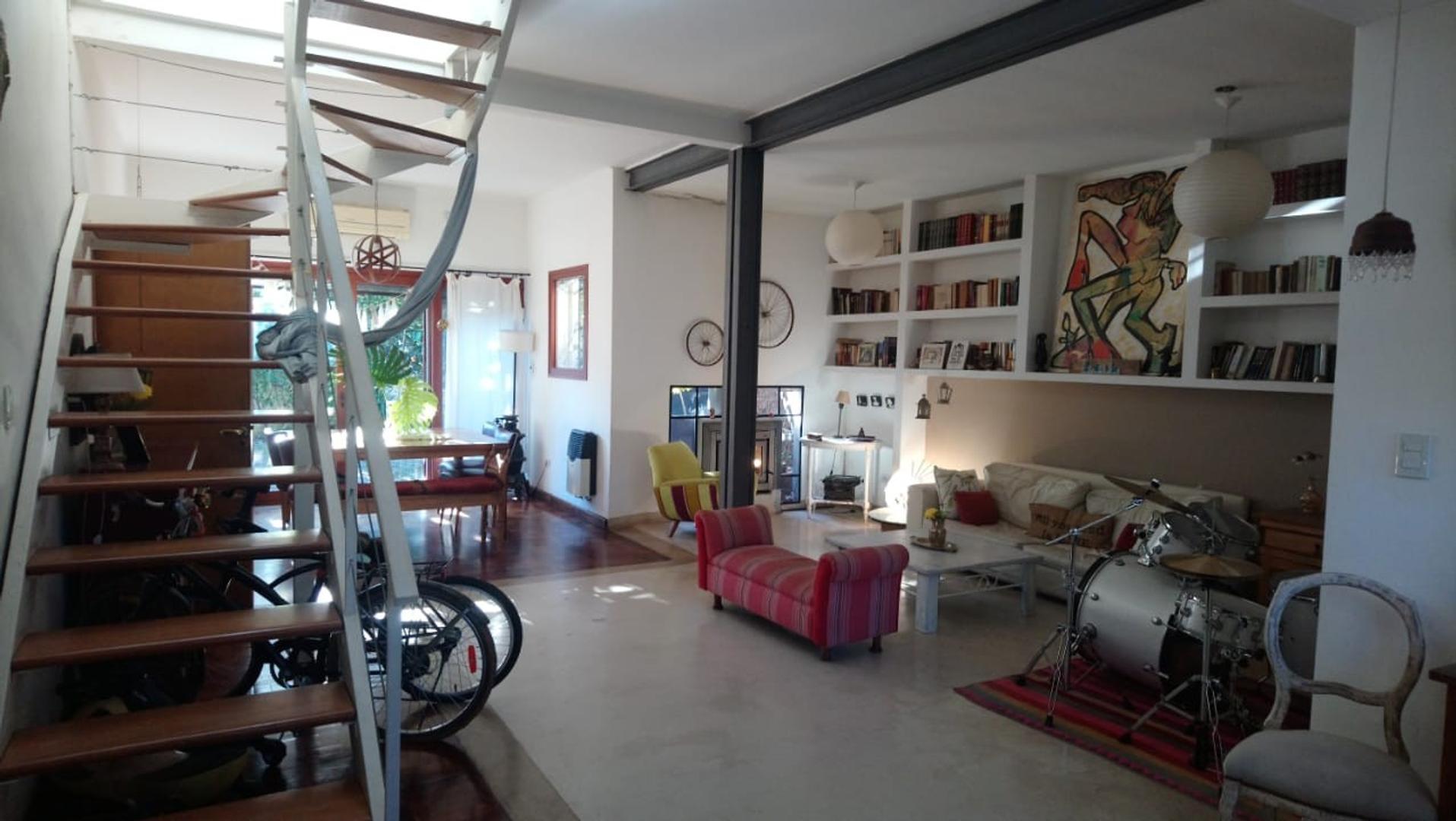 Excelente Casa 4 ambientes con cochera, patio, terraza