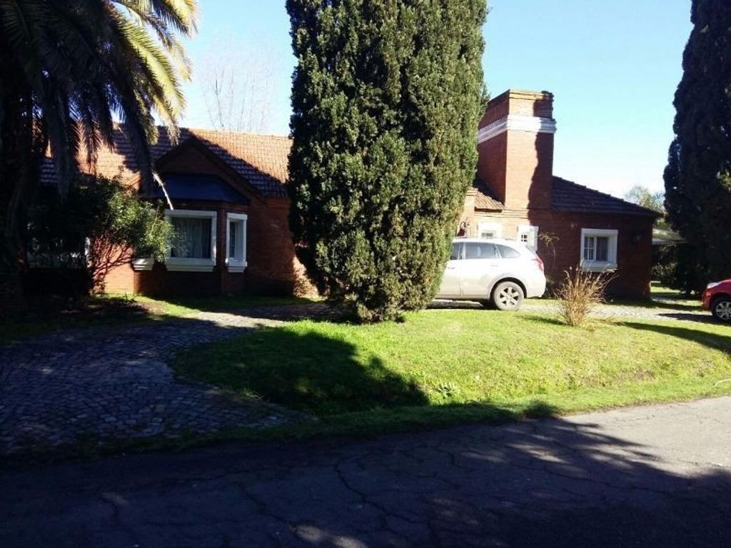 Casa en Country Banco Provincia. Autopista Acceso Oeste.