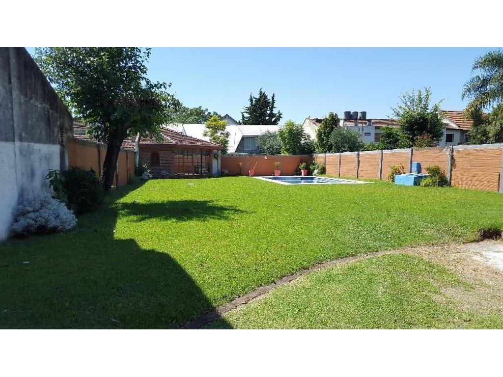 Excelente Ubicaciòn Lote 15x50 c/ casa 3 amb., amplia piscina y quincho completo