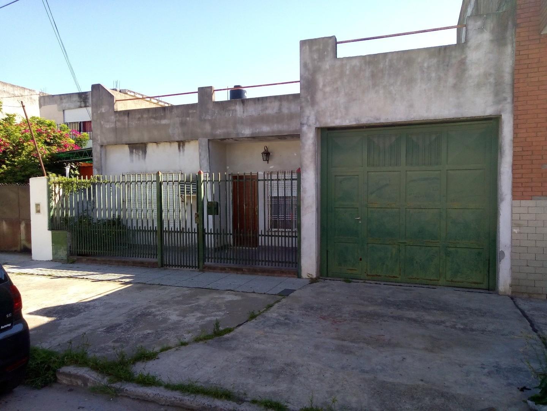 CASA DE 5 AMBIENTES  CON GARAGE PARA 4 AUTOS  SOBRE LOTE DE 10 x 21 Mts: AMPLIA TERRAZA