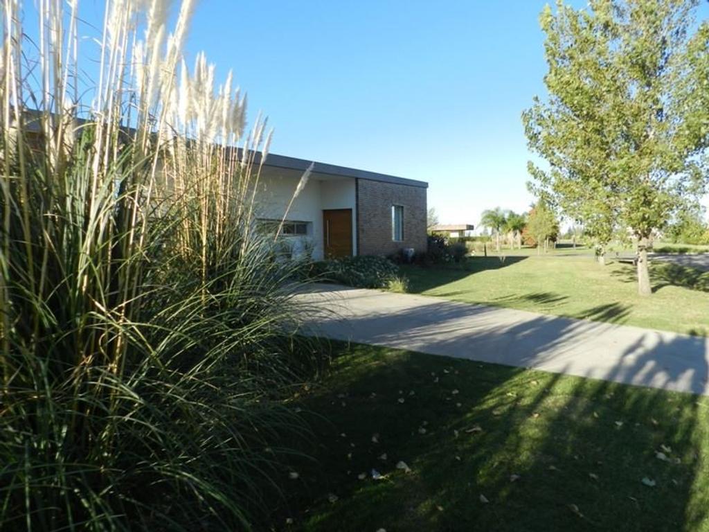 PUERTO ROLDÁN  Impecable propiedad de 3 dormitorios, 250 m2 sobre terreno de 1200 m2