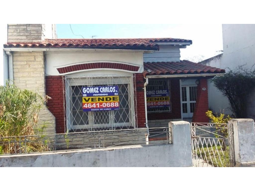 Linda casa en Ramos Mejía, 4 ambientes con dependencia y Cochera para 3 autos.