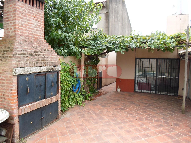 Comoda Casa 4 Amb, en 1 Planta, c/Garage, Jardín, Pileta y Parrilla.