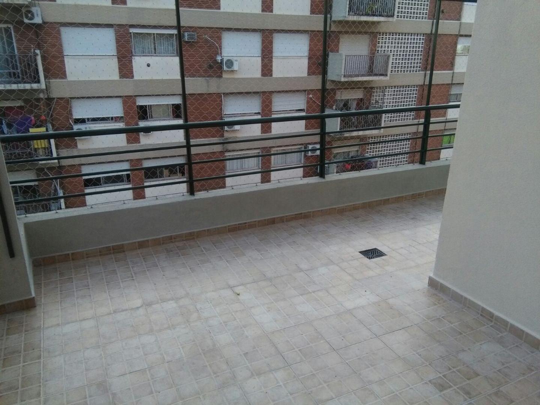 Departamento 3 ambientes con cochera y balcón patio.