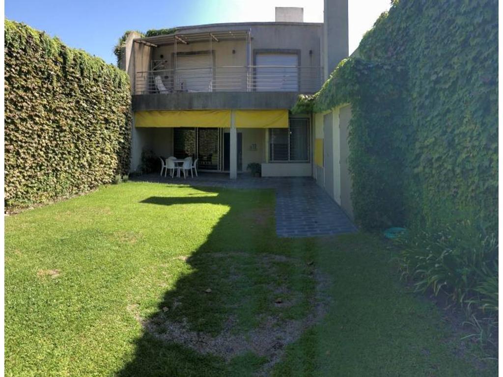 Enorme casa de 3 dormitorios con jardín y 2 cocheras
