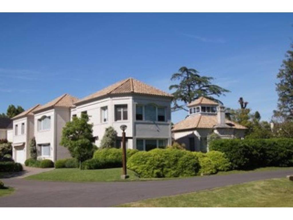 Excelente casa en la mejor zona de San Jorge 2756mts de terreno y 826mts. cubiertos