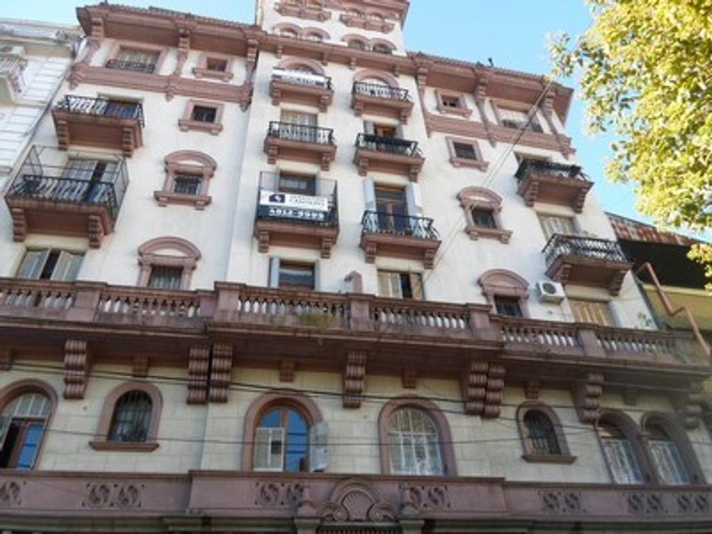 """Inmueble: Excelente 3 Ambientes con Dependencia de Servicio al frente. Estilo """"Romanticismo Español"""
