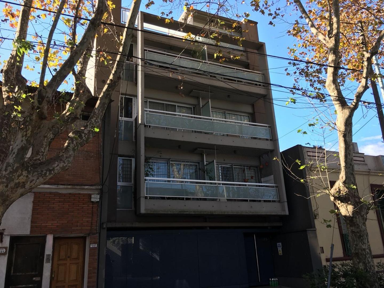 Excelente departamento de 3 ambientes con dependencia contrafrente con COCHERA y TERRAZA PROPIA!!!