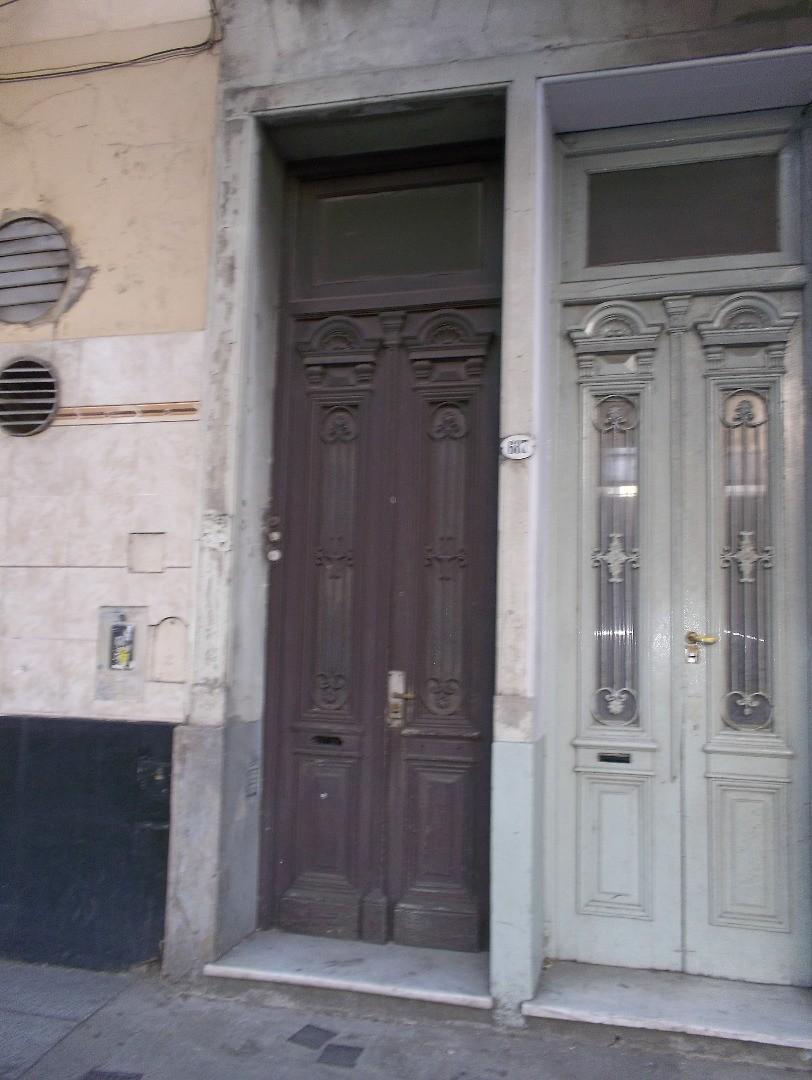 PH de 2 ambientes con patio en 1er piso por escalera.