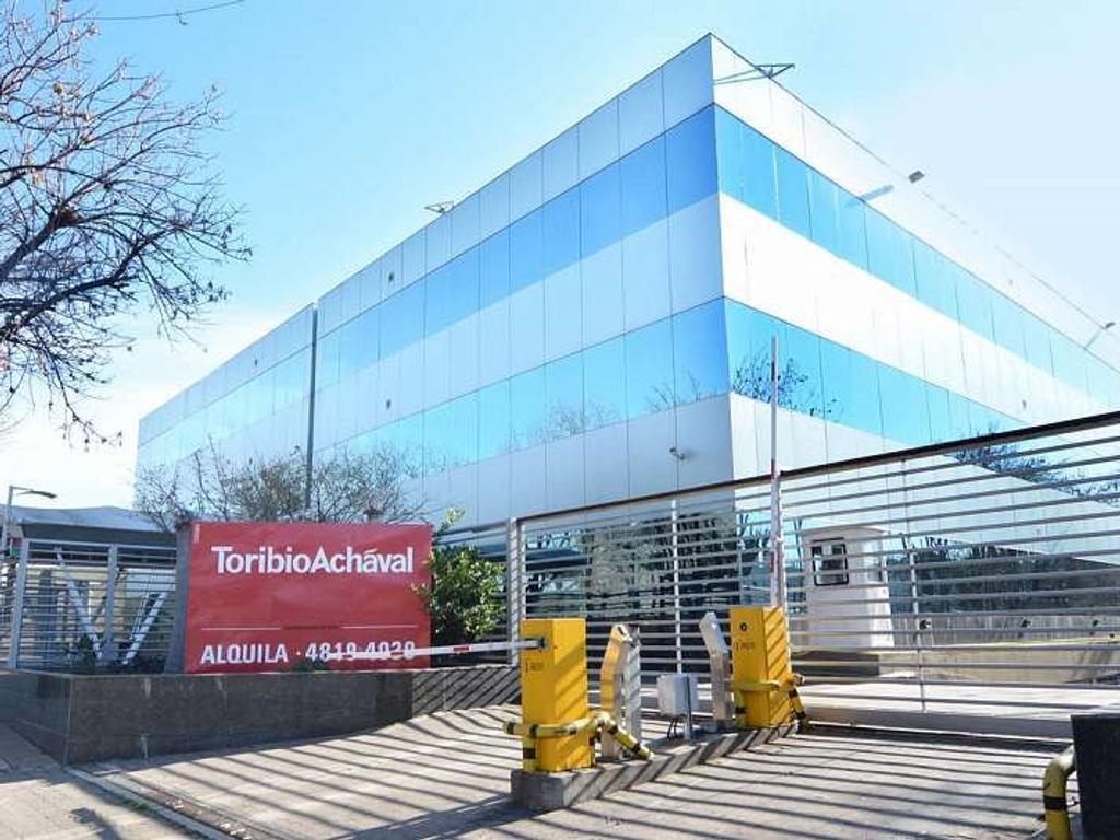 Oficina de 2160 m2. Edificio en torre. En esquina. En planta dividida.30 cochera(s).