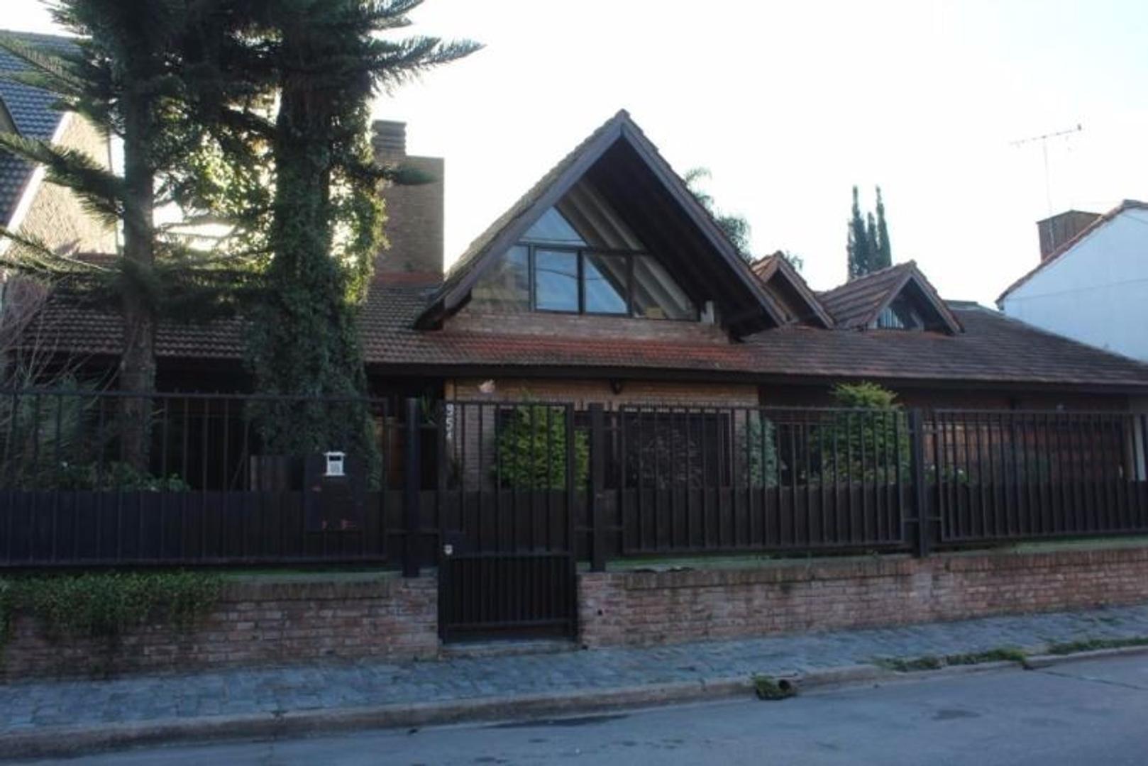 Chalet 650m2 cub. en el corazón de Villa Sarmiento sobre 1000m2 de terreno con dormitorios en PB