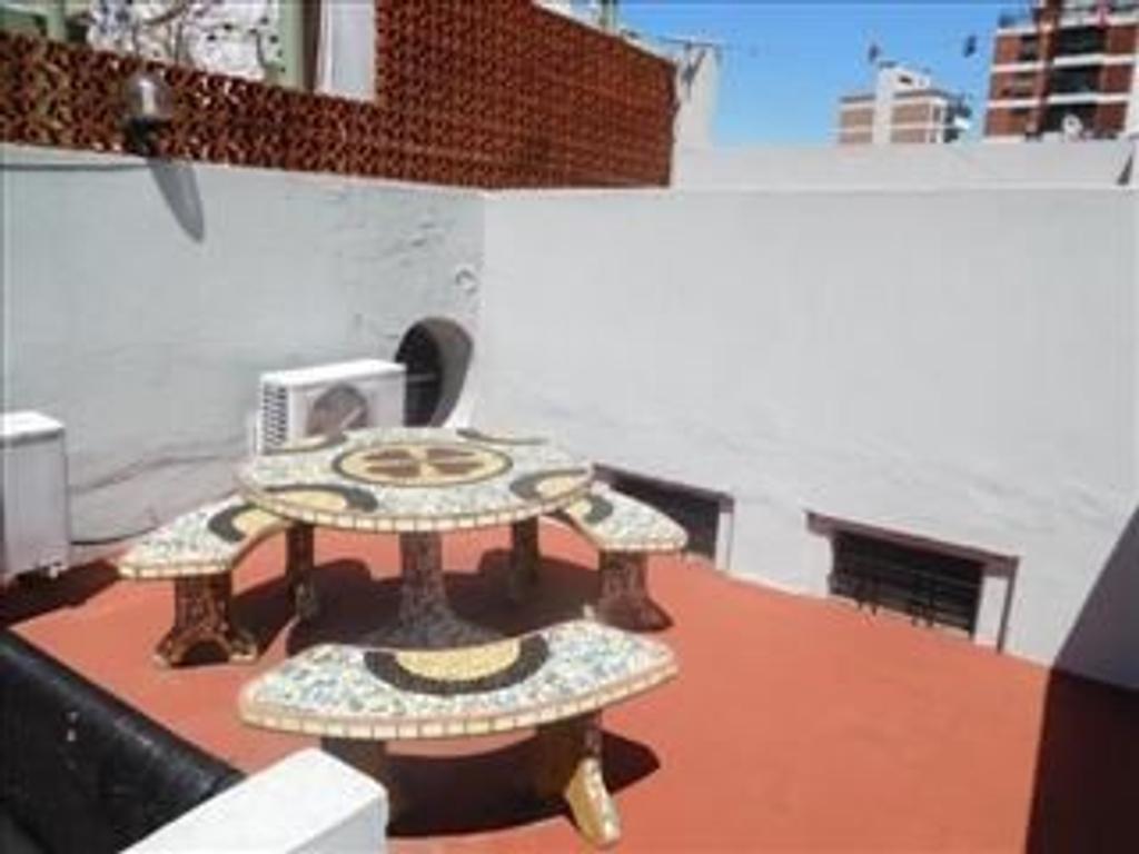 Departamento tipo casa en venta en humberto primo 3300 for Casa de azulejos en capital federal