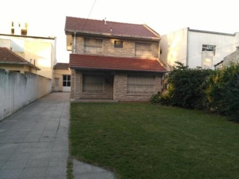 Chalet de 5 ambientes con jardín al frente zona La Perla