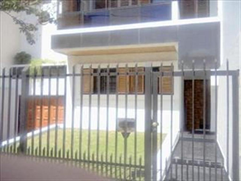 Regia casa en V. Urquiza. Foullier y Cereti . 220 m2 cubiertos.Garage, jardín. Reciclada, Impecable!