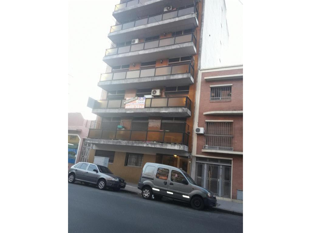 Amplio 2 amb en excelente ubicacion a mts de la Plaza B Nazar, medios de transporte y comercios.