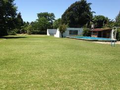 Casaquinta con piscina, cancha de paddle y gran parque con arcos de fútbol con red