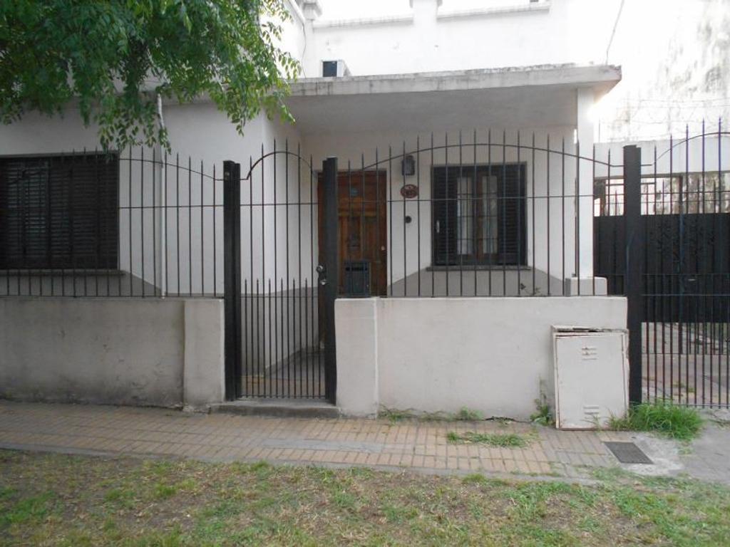 Casa 3 amb. con garaje pasante y patio.