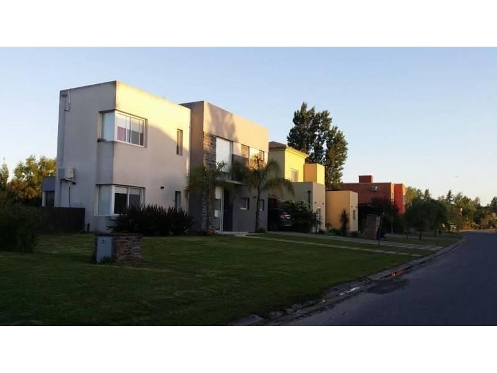 Excelente casa en el Barrio San Isidro Labrador. 3 dormitorios. Jardin. Pileta. Garaje.