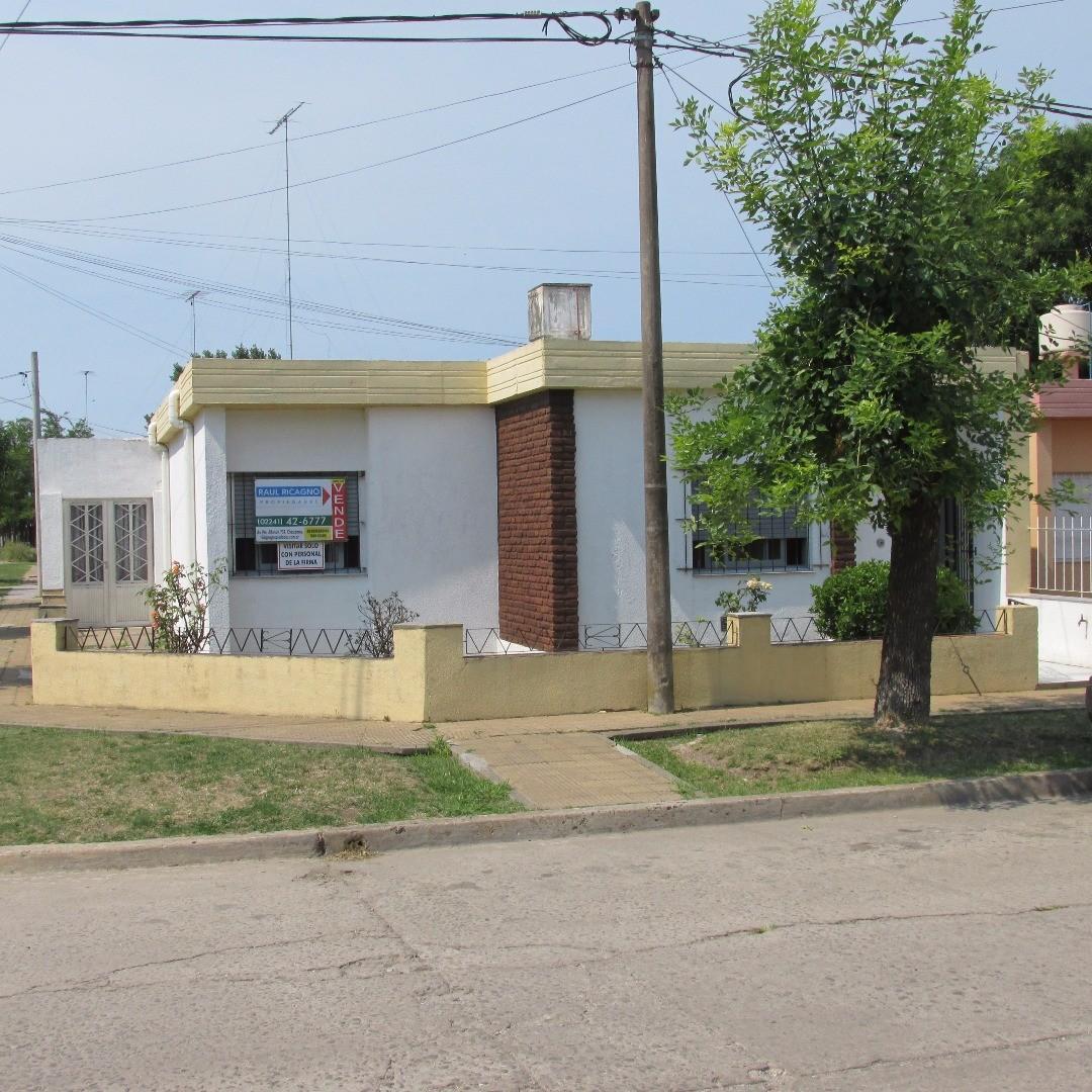 Casa en Venta en Chascomús desarrollada en esquina.