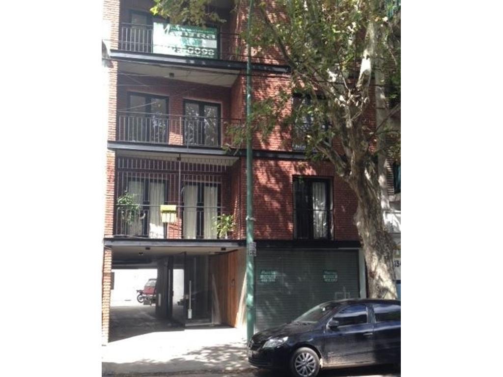 Departamento  2  ambientes  con balcón al frente y cochera . En Venta