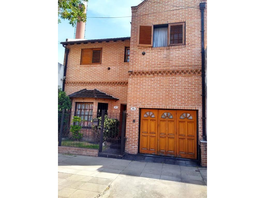 Casa sobre lote propio con garage cubierto para 2 autos, fondo parquizado y dependencias, V.Luro