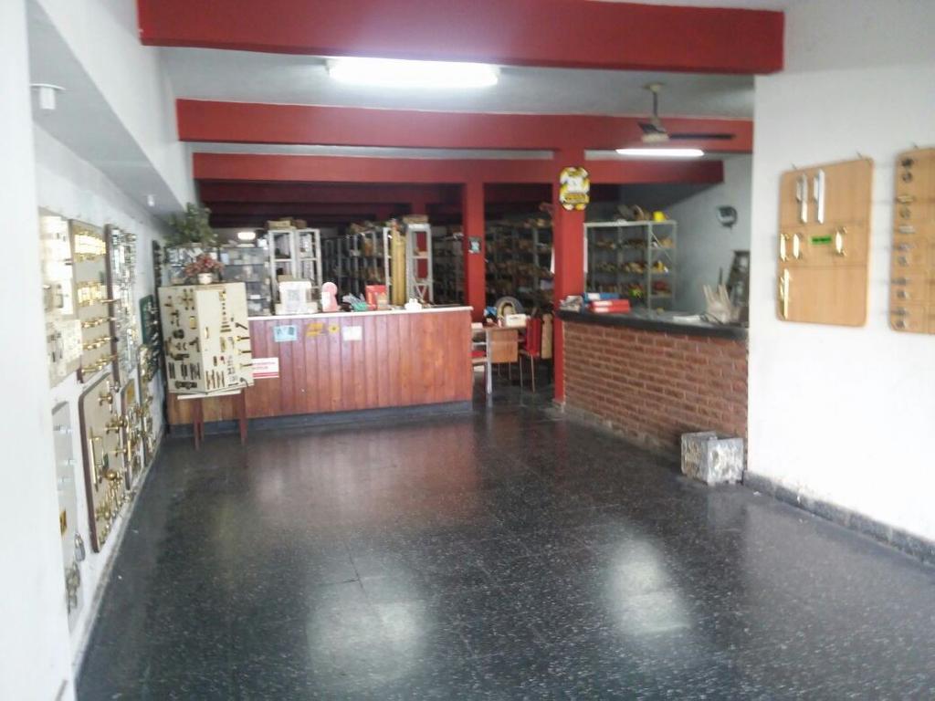 Local en Cerrito 1200, 240m3. Oportunidad inversores.