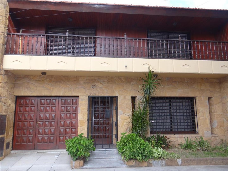 Muy buena casa 5 ambientes con cochera semicubierta, jardin y quincho