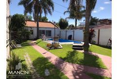 Venta - San Martin - Casa 4 amb. s/ terreno 10x40 + Piscina + Quincho + Cochera p/ vs autos.