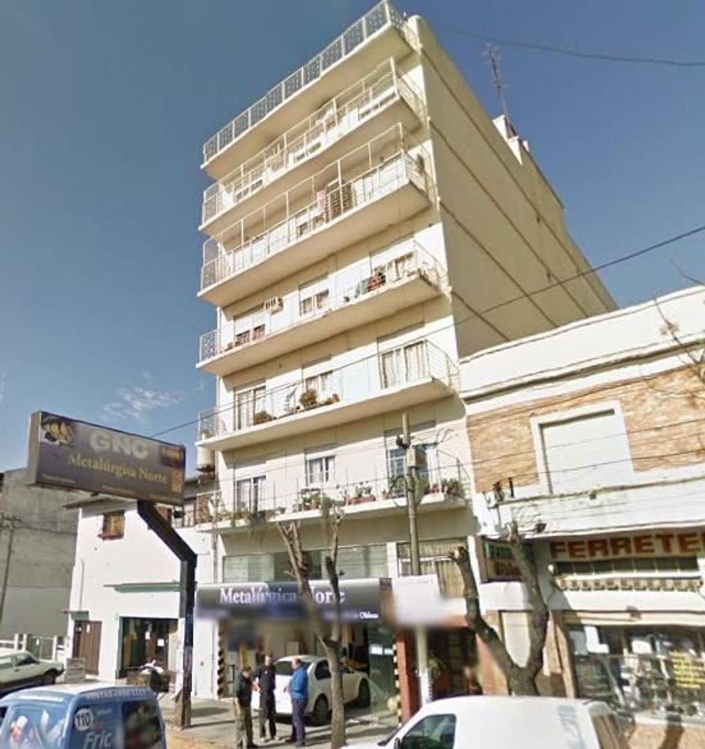 Departamento 2 ambientes en 3º piso. Bajas expensas. Av. Presidente Peron y Av. Balbin. CÉNTRICO.