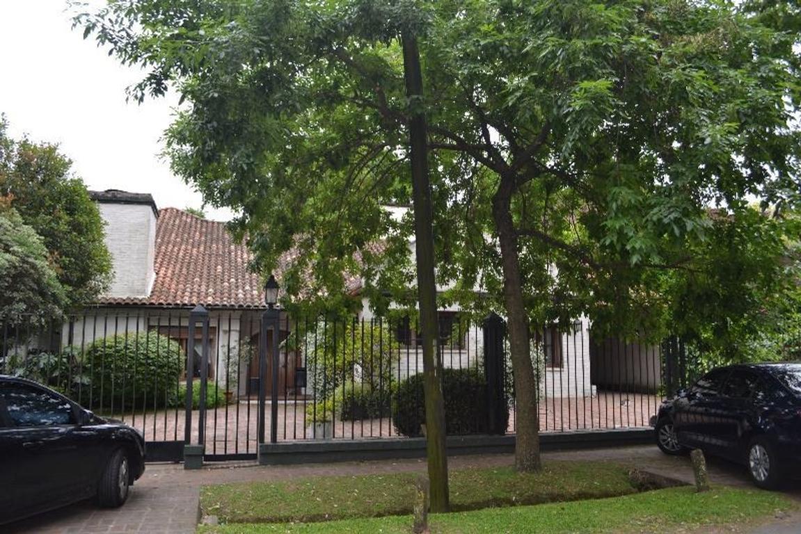 Gran residencia s/lote de 1180 m2 en Cul de Sac Privado