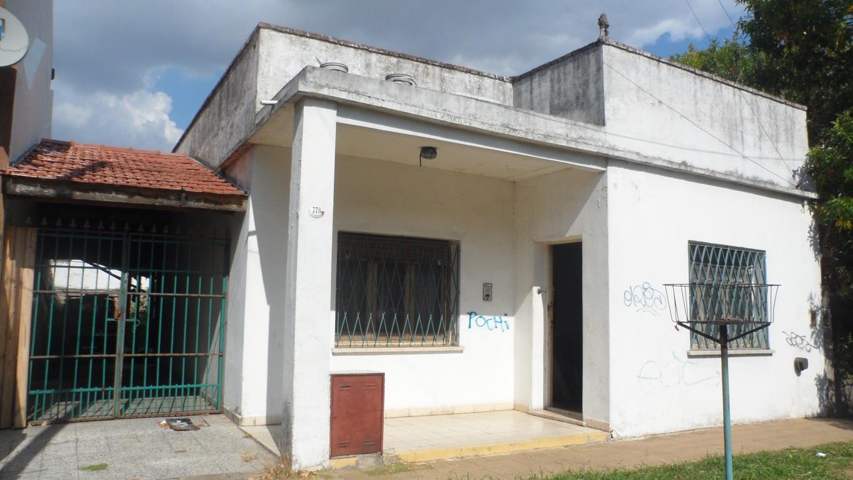 Vende Casa 3 Ambientes a Reciclar Zona Residencial Próximo Av.Fondo de la Legua No Apto Credito