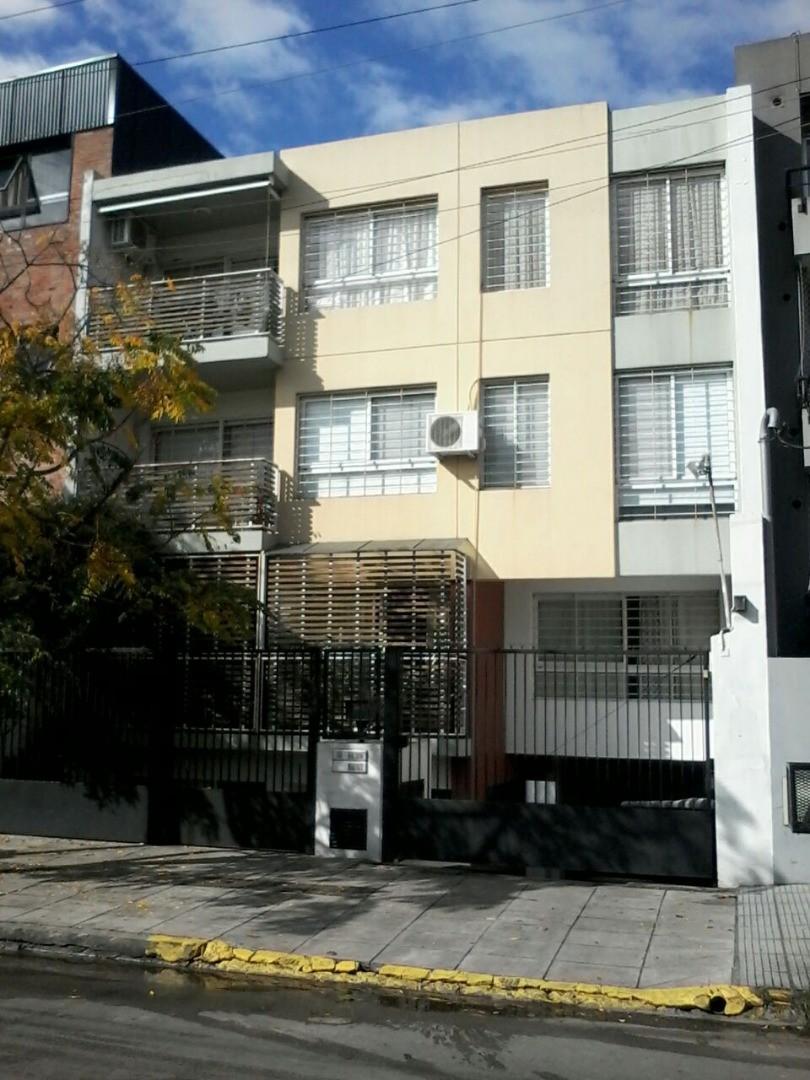 Excelente Depto. 3 ambientes a 4 cuadras de Av Centenario - con COCHERA Y PILETA