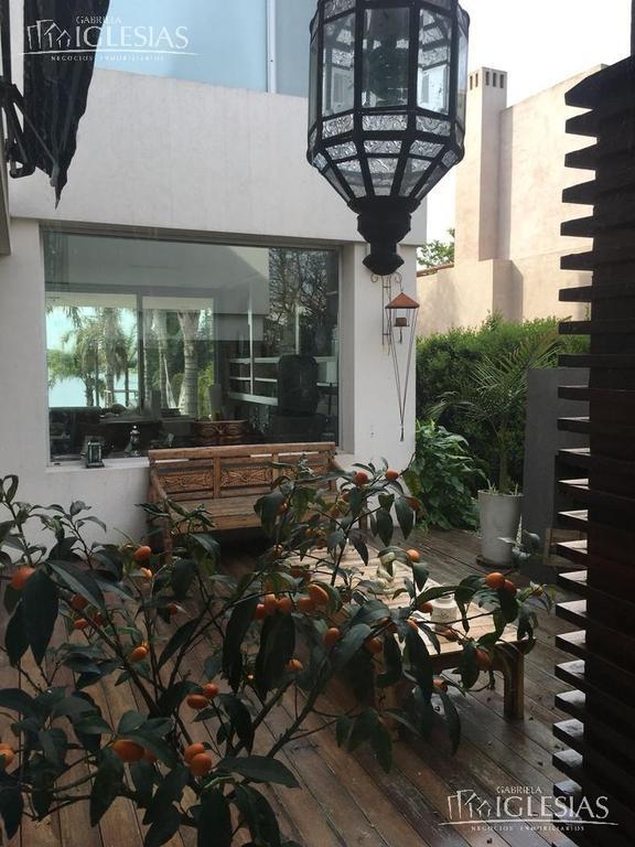 Espectacular Casa al Lago en Venta con 3 Dormitorios en Santa Barbara, Tigre.