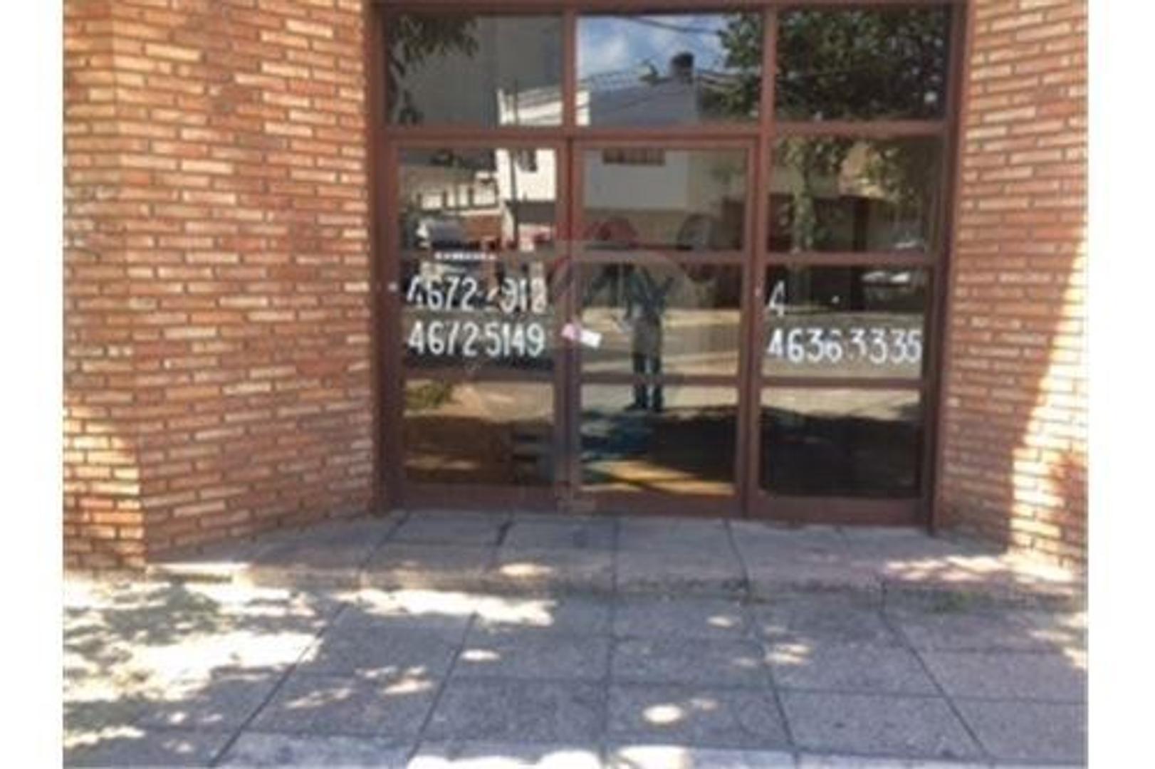 Local en esquina  de Tres Arroyos y Emilio Lamarca