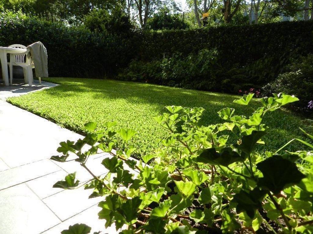 Excelente dúplex en venta con jardín propio en Jardines de San Isidro!