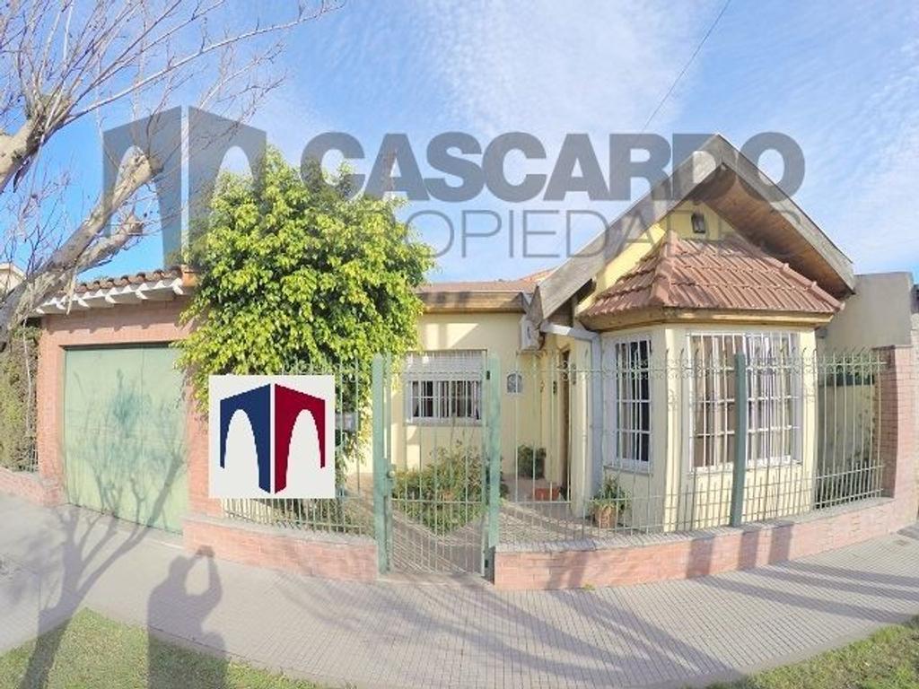 Casa sobre lote propio con 2 patios, parque, parrilla y amplio garage.