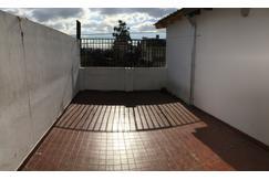 Alquiler 2 ambientes tipo casa. Terraza. Primer piso.